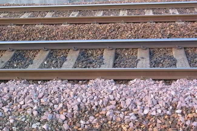 कभी सोचा है कि रेलवे ट्रैक पर क्यों बिछाई जाती हैं गिट्टियां !  - शब्द (shabd.in)